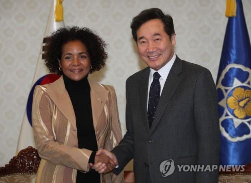 Le Premier ministre Lee Nak-yon serre la main de Michaëlle Jean, la secrétaire générale de l'Organisation Internationale de la Francophonie, à Séoul ce lundi 12 février 2018.