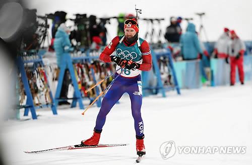 Le Sud-Coréen Timofei Lapshin pendant l'épreuve de poursuite en biathlon ce lundi 12 février 2018 à PyeongChang.