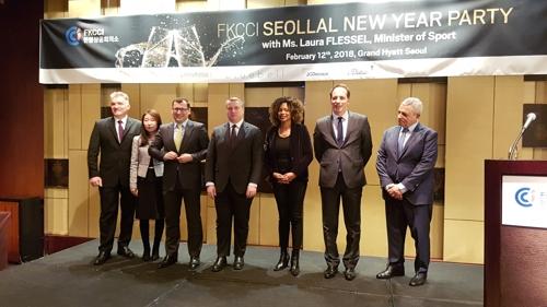 La Chambre de commerce et d'industrie franco-coréenne (FKCCI) a organisé le lundi 12 février 2018, à l'hôtel Grand Hyatt à Séoul, un événement de networking avec comme invitée d'honneur la ministre française des Sports Laura Flessel (3e à partir de la droite). A sa gauche, l'ambassadeur de France à Séoul, Fabien Penone, et à sa droite, le président de la FKCCI, David-Pierre Jalicon.