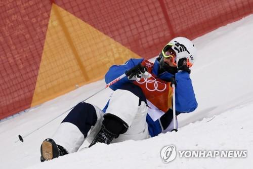 Choi Jae-woo fait une chute lors de la deuxième manche de la finale de ski de bosses des Jeux olympiques de PyeongChang, au parc de neige de Pheonix, le lundi 12 février 2018.