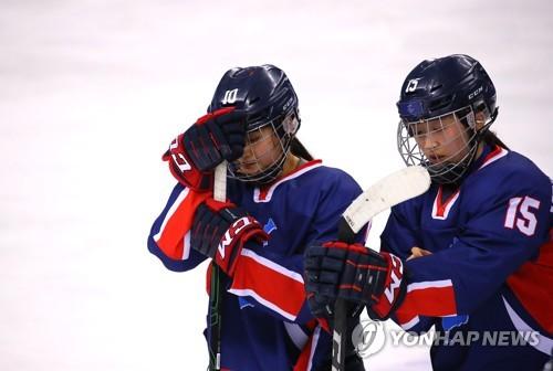 Les hockeyeuses coréennes Choi Ji-yeon (à g.) et Park Chae-lin affichent leur déception après la lourde défaite 8-0 contre la Suède au centre de hockey de Kwandong, à Gangneung, le lundi 12 février 2018.