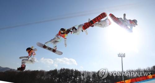 L'Américaine d'origine sud-coréenne Chloe Kim réalise un saut en finale de snowboard half-pipe des Jeux olympiques d'hiver de PyeongChang, au centre de neige de Phoenix, le mardi 13 février 2018. Elle a décroché la médaille d'or de l'épreuve.