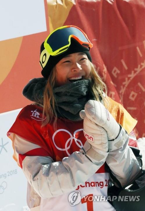 Chloe Kim manifeste sa joie au moment d'apprendre sa victoire en finale de l'épreuve de half-pipe des Jeux olympiques d'hiver de PyeongChang, dans la province du Gangwon, le mardi 13 février 2018.