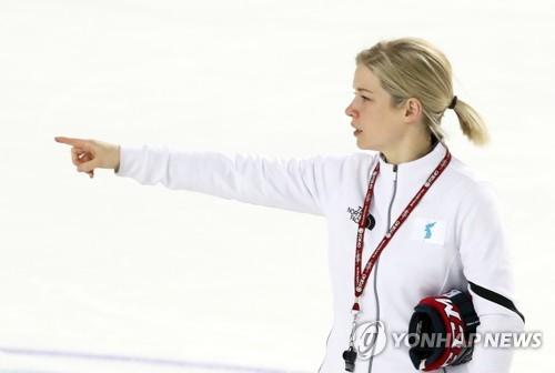 L'entraîneuse de l'équipe coréenne unifiée de hockey sur glace féminin Sarah Murray pendant la séance d'entraînement ce mardi 13 février 2018 à Gangneung.