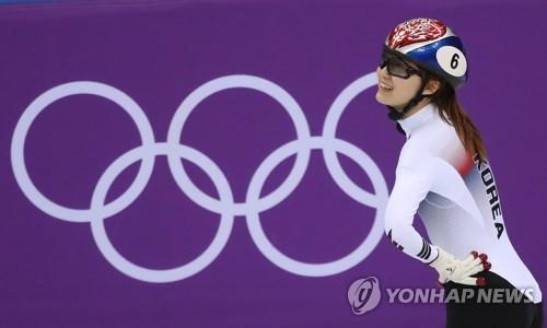 Choi Min-jeong regarde le tableau d'affichage après la course ce mardi 13 février 2018 à Gangneung.