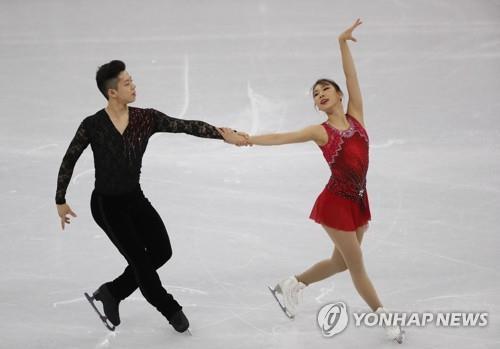 Les Sud-Coréens Kim Kyu-eun (à d.) et Kam Kang-chan présentent leur programme court pour l'épreuve de patinage artistique des Jeux olympiques de PyeongChang au palais des glaces de Gangneung, le 14 février 2018. (Yonhap)