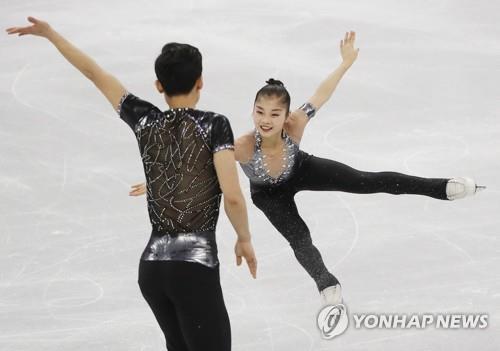 La paire nord-coréenne de patinage artistique composée de Ryom Tae-ok (à d.) et Kim Ju-sik exécutent leur programme court pour les Jeux olympiques d'hiver de PyeongChang au palais des glaces de Gangneung, le 14 février 2018. (Yonhap)