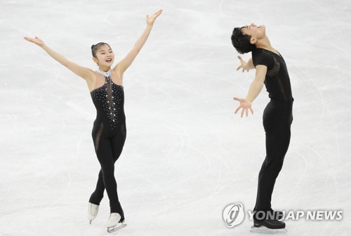 Patinage de couples : Savchenko et Massot en or, James et Ciprès 5e