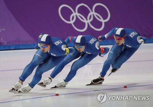 Kim Min-seok, Chung Jae-won et Lee Seung-hoon pendant l'épreuve de poursuite par équipes hommes le 21 février 2018.