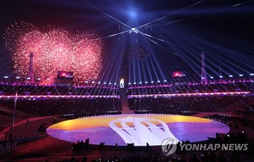 Des feux d'artifice marquent le début de la cérémonie de clôture des Jeux olympiques d'hiver de PyeongChang au stade olympique de PyeongChang ce dimanche 25 février 2018.