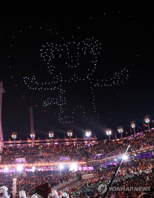 Des drones forment la mascotte Soohorang dans le ciel de PyeongChang pendant la cérémonie de clôture.