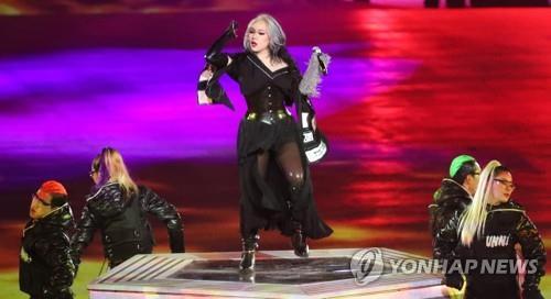La chanteuse sud-coréenne CL se produit lors de la cérémonie de clôture des 23èmes Jeux olympiques d'hiver, au stade olympique de PyeongChang, dans la province du Gangwon, le 25 février 2018.