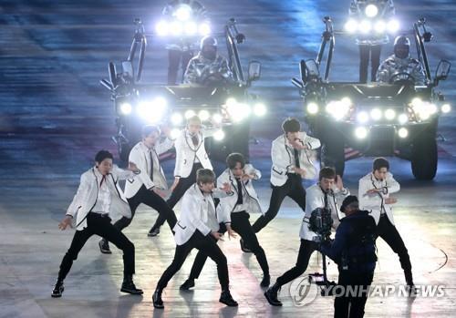 Le groupe sud-coréen EXO interprète un de ses tubes lors de la cérémonie de clôture des 23èmes Jeux olympiques d'hiver, au stade olympique de PyeongChang, dans la province du Gangwon, le 25 février 2018.