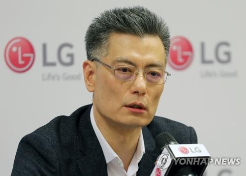 Le président de la division mobile de LG Electronics Inc., Hwang Jeong-hwan, prend la parole durant une rencontre avec des journalistes à Barcelone, en Espagne.