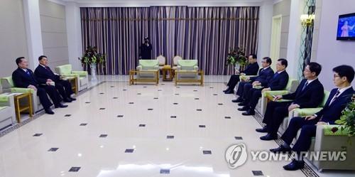 Kim Yong-chol (à gauche), officiel nord-coréen en charge des affaires intercoréennes, en réunion avec la délégation sud-coréenne dans un hôtel de Pyongyang le 5 mars 2018.