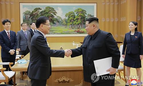 Chung Eui-yong, envoyé spécial de Moon (à gauche), actuellement en visite en Corée du Nord, échange une poignée de main le 5 mars 2018 avec le dirigeant nord-coréen Kim Jong-un à Pyongyang. (Utilisation en Corée du Sud uniquement et redistribution interdite) (KCNA=Yonhap)