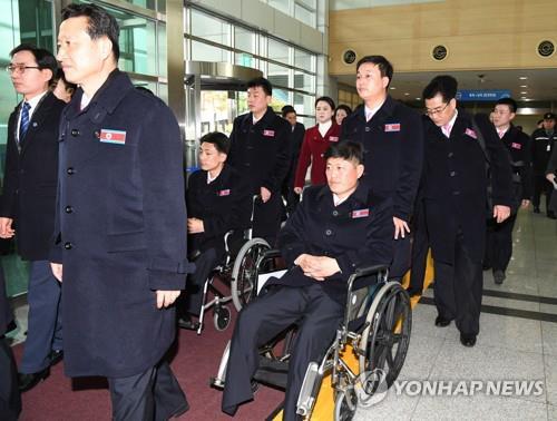 Les membres de la délégation nord-coréenne des Jeux paralympiques de PyeongChang arrivent au bureau des douanes, de l'immigration et de la quarantaine à Paju, dans la province du Gyeonggi.