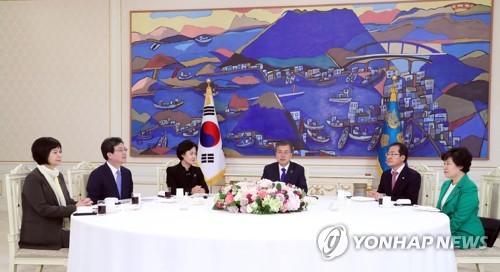 Le président Moon Jae-in déjeune avec les chefs des cinq partis politiques le mercredi 7 mars 2018 à Cheong Wa Dae. De gauche à droite : la chef du Parti de la justice Lee Jeong-mi, le coleader du Parti Bareunmirae Yoo Seong-min, la présidente du Parti démocrate de Corée Choo Mi-ae, Moon, le chef du Parti Liberté Corée Hong Joon-pyo et la présidente du Parti pour la démocratie et la paix Cho Bae-sook.