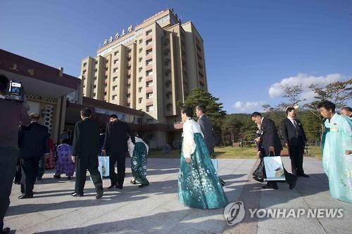 Des Nord-Coréens se dirigent vers un hôtel lors de réunions de familles séparées en octobre 2015 au mont Kumgang.