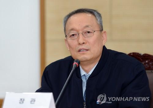 Le ministre du Commerce, de l'Industrie et de l'Energie Paik Un-gyu prend la parole le 20 février 2018 lors d'une rencontre avec des journalistes à Sejong.