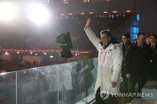 Le président Moon Jae-in salue la foule venue assister à la cérémonie à PyeongChang ce vendredi 9 mars 2018.
