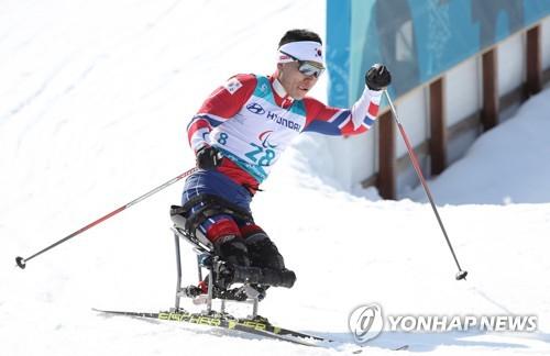 Sin Eui-hyun lors de l'épreuve du 15km hommes assis des Jeux paralympiques d'hiver de PyeongChang le 11 mars 2018.