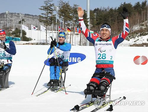 Sin célèbre sa médaille de bronze à l'issue de la course.