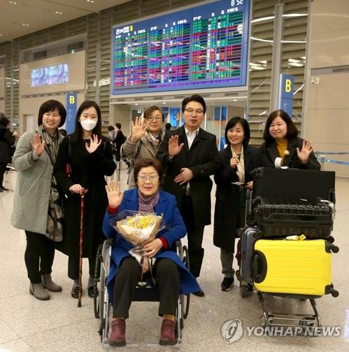 Lee Yong-soo, ancienne esclave sexuelle de l'armée impériale japonaise, arrive à l'aéroport international d'Incheon après une visite en France. ⓒ Mairie de Gwangmyeong