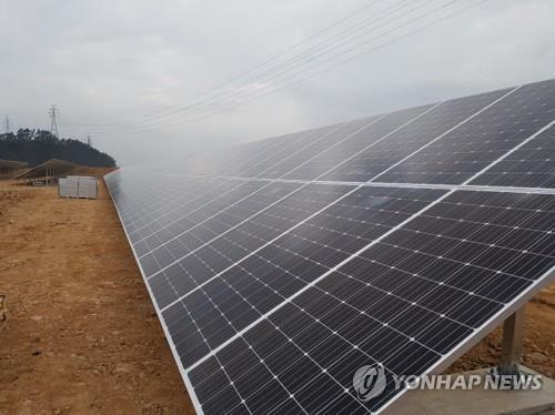 Des panneaux solaires de la centrale solaire à Samcheonpo, à 454 kilomètres au sud-est de Séoul.