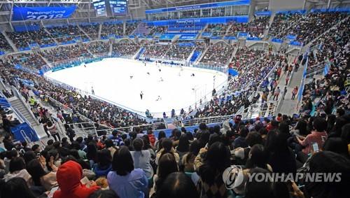 Les gradins sont pleins lors du match de hockey sur luge entre la Corée du Sud et les Etats-Unis ce mardi 13 mars 2018.