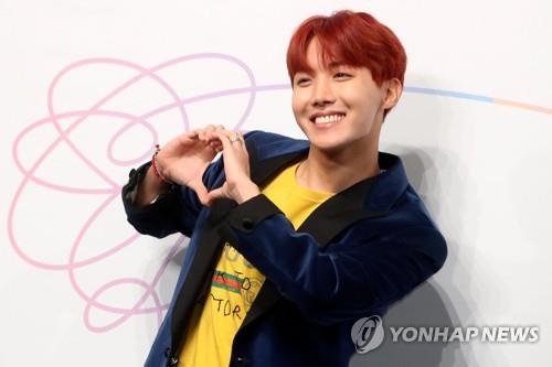 J-Hope du groupe K-pop BTS prend la pose lors d'une conférence de presse pour la sortie du mini-album du groupe «Love Yourself», à Séoul le 18 septembre 2017.