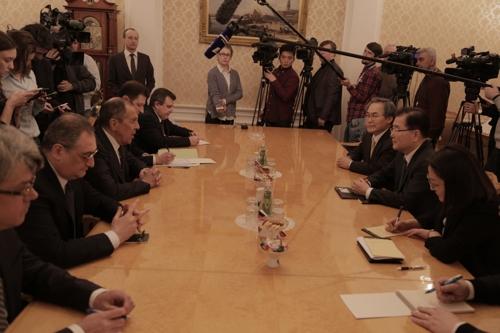 Le conseiller à la sécurité nationale Chung Eui-yong (2e de la dr.) et le ministre russe des Affaires étrangères Sergueï Lavrov (3e de la g.) s'entretiennent le 13 mars 2018 à Moscou.
