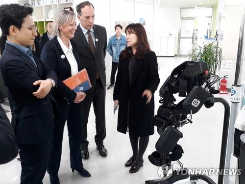 La secrétaire d'Etat française chargée des Personnes handicapées, Sophie Cluzel, visite en compagnie de l'ambassadeur de France en Corée du Sud, Fabien Penone, le laboratoire de robotique de l'université de Sogang, dans l'ouest de Séoul, le vendredi 16 mars 2018. © Ambassade de France en Corée du Sud