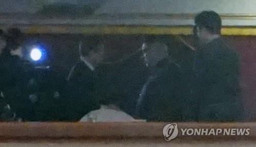 Le dirigeant nord-coréen Kim Jong-un (2e à partir de la droite) échange une poignée de main avec le ministre sud-coréen de la Culture, du Sport et du Tourisme Do Jong-hwan, le dimanche 1er avril 2018, lors d'un concert donné par la troupe artistique sud-coréenne au Grand Théâtre de l'Est de Pyongyang. (Joint Press Corps-Yonhap)