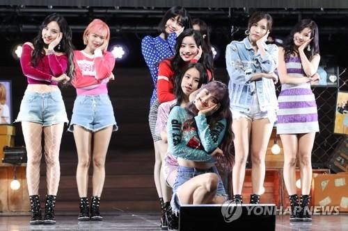 Le girls band de K-pop TWICE se produit le lundi 9 avril 2018 lors d'un événement promotionnel de son nouvel album «What is Love?» au Yes 24 Live Hall, dans l'est de Séoul.