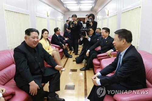 Le leader nord-coréen Kim Jong-un s'entretient avec le chef du département international du Comité central du Parti communiste chinois (PCC) Song Tao dans le train spécial du premier lors de sa visite en Chine, a rapporté le mercredi 28 mars 2018 le quotidien nord-coréen Rodong Sinmun. (Utilisation en Corée du Sud uniquement et redistribution interdite)