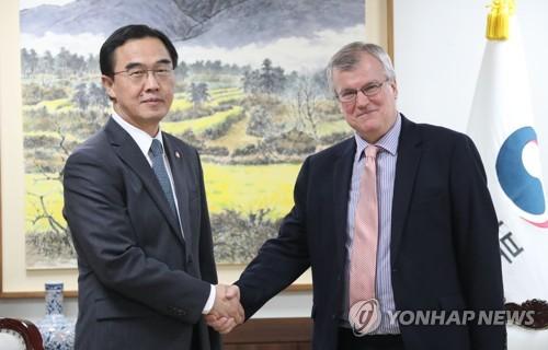 Le ministre de l'Unification, Cho Myoung-gyon, échange une poignée de main avec Simon Smith, nouvel ambassadeur britannique en Corée du Sud, le mercredi 11 avril 2018 à Cheong Wa Dae.