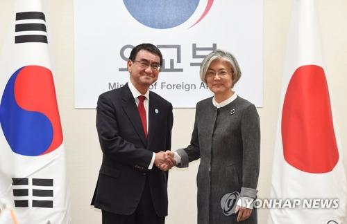 La ministre des Affaires étrangères Kang Kyung-wha échange une poignée de main avec son homologue japonais Taro Kono le mercredi 11 avril 2018 au ministère des Affaires étrangères à Séoul, avant leur réunion bilatérale.