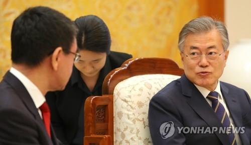 Le président Moon Jae-in s'adresse au ministre japonais des Affaires étrangères Taro Kono ce mercredi 11 avril 2018 au bureau présidentiel.
