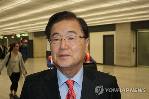Le conseiller à la sécurité nationale du palais présidentiel Chung Eui-yong arrive à l'aéroport international de Washington-Dulles aux Etats-Unis le jeudi 12 avril 2018 pour rentrer en Corée du Sud après sa rencontre avec son homologue américain John Bolton.