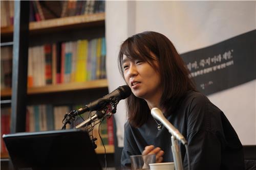 Sur cette photo fournie par son éditeur Nanda, l'auteur sud-coréenne Han Kang s'exprime lors d'un point de presse à propos de son nouveau livre, «The White Book», dans un café du quartier de Hongdae à Séoul, le 24 mai 2016.