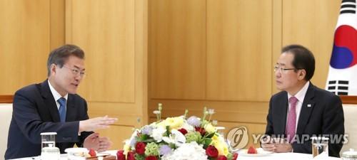 Le président Moon Jae-in (à gauche) et le président du Parti Liberté Corée Hong Joon-pyo ce vendredi 13 avril 2018 au bureau présidentiel.