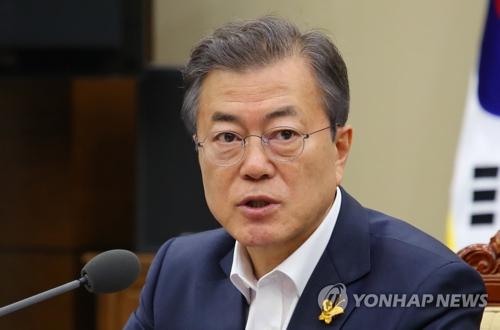 Le président Moon Jae-in prend la parole le lundi 16 avril 2018 à Cheong Wa Dae, lors d'une réunion avec ses conseillers.