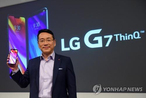 Cho Ju-wan, qui dirige l'unité américaine de LG Electronics Inc., pose avec le LG G7 ThinQ lors d'un événement organisé à New York le 2 mai 2018. (Yonhap)