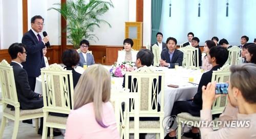 Le président Moon Jae-in prend la parole le vendredi 11 mai 2018 à Cheong Wa Dae, lors d'un déjeuner avec la troupe artistique qui a donné des spectacles à Pyongyang.