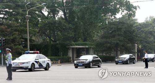 Des véhicules transportant des officiels du Parti du travail de la Corée du Nord sortent de la maison des hôtes d'Etat Diaoyutai.