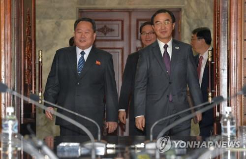 Le ministre de l'Unification Cho Myoung-gyon (à droite) et le président du Comité pour la réunification pacifique du pays Ri Son-gwon. (Photo d'archives Yonhap)