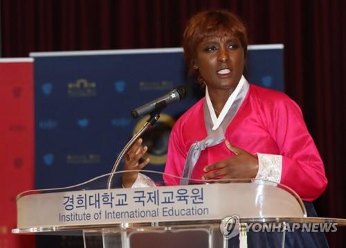 L'étudiante française Leyla Bah en costume traditionnel coréen, hanbok, participe à la finale du 21e concours oratoire de coréen le mardi 15 mai 2018 à l'université Kyung Hee à Séoul.