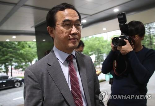 Le ministre de l'Unification Cho Myoung-gyon répond à des questions de journalistes le mercredi 16 mai 2018 lors de son arrivée à son bureau. La Corée du Nord a annulé dans la nuit la réunion intercoréenne de haut niveau qui devait avoir lieu ce jour-ci.