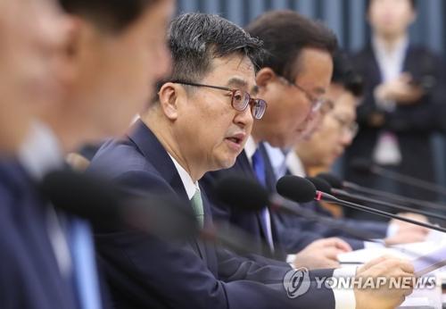 Kim Dong-yeon, le ministre des Finances, prend la parole le jeudi 17 mai 2018, lors d'une réunion économique ministérielle au complexe gouvernemental à Séoul.